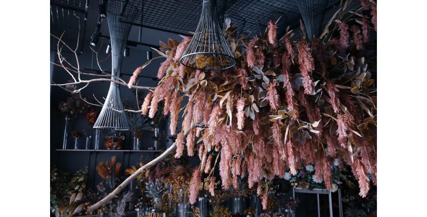 櫥窗陳列已悄悄轉變為暖意豐收的秋色 - 花材可以帶來季節的訊息